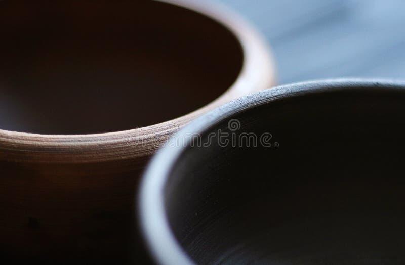 Cuvettes en céramique sur le fond en bois images libres de droits