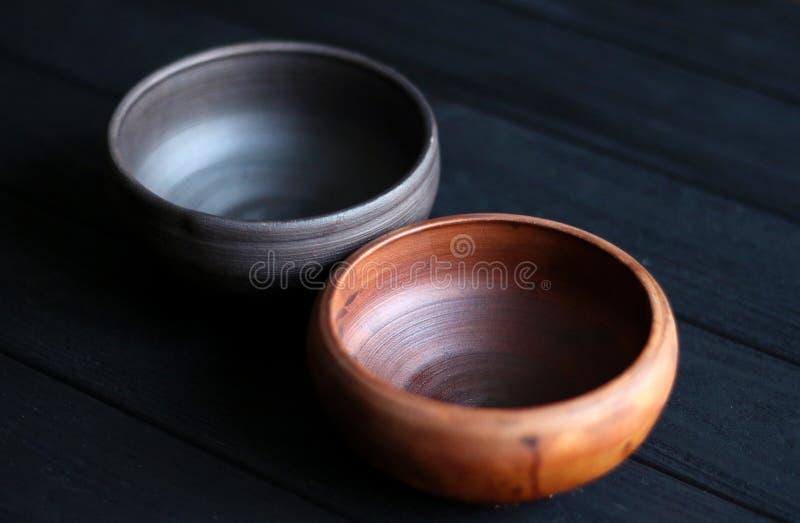 Cuvettes en céramique sur le fond en bois photographie stock libre de droits