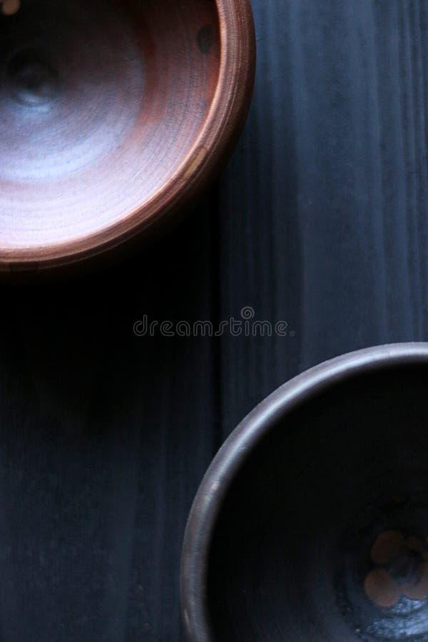 Cuvettes en céramique sur le fond en bois images stock