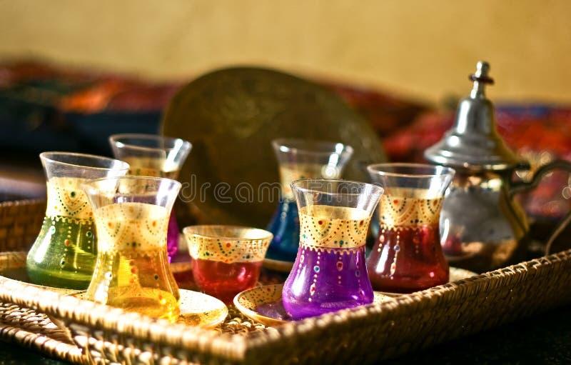 Cuvettes et plaques arabes de positionnement de thé image stock