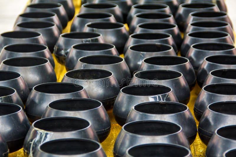 Cuvettes noires d'aumône de moine photographie stock
