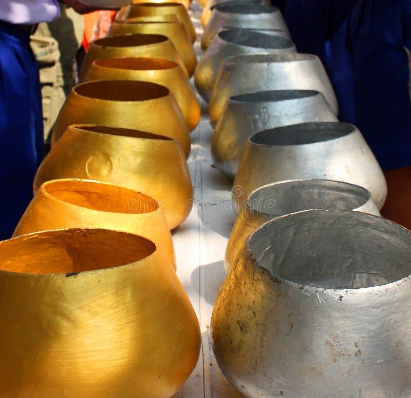 Cuvettes Thaïlande d'aumône de moine d'or et d'argent photos stock