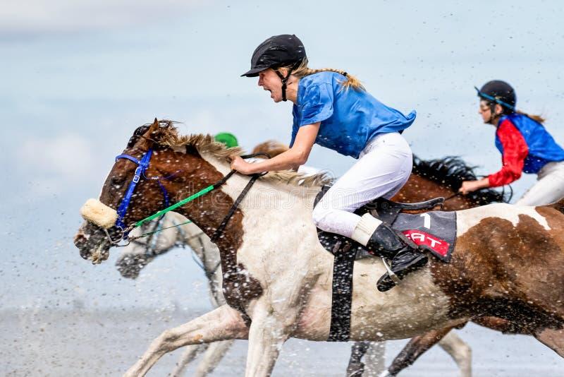 Cuxhaven, Deutschland - 22. Juli 2018: Reiter am Pferderennen im Schlickwatt bei Duhner Wattrennen stockfotos