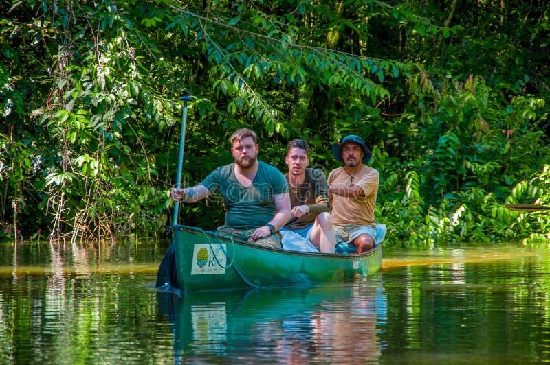 CUYABENO, ECUADOR - 16 DE NOVIEMBRE DE 2016: Gente no identificada que viaja en barco en la profundidad de la selva del Amazonas  foto de archivo