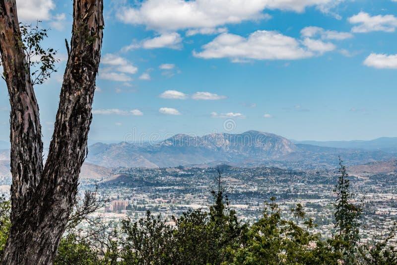 Cuyamaca szczyt i El Cajon widok Od Mt Helix park obrazy stock