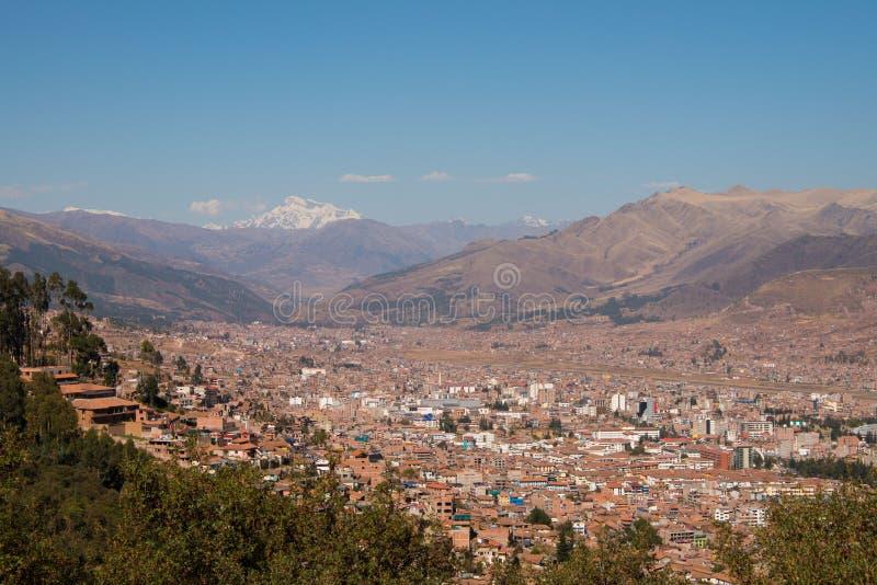 Cuzco avec la montagne couronnée de neige images stock