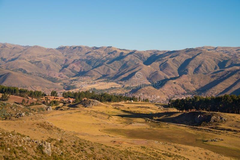 Cuzco en el valle del paisaje de la montaña imagen de archivo