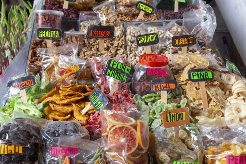 CUZCO, PERÚ - 15 de diciembre de 2018: Una parada de los frutos secos en el mercado de Mercado San Pedro fotografía de archivo libre de regalías