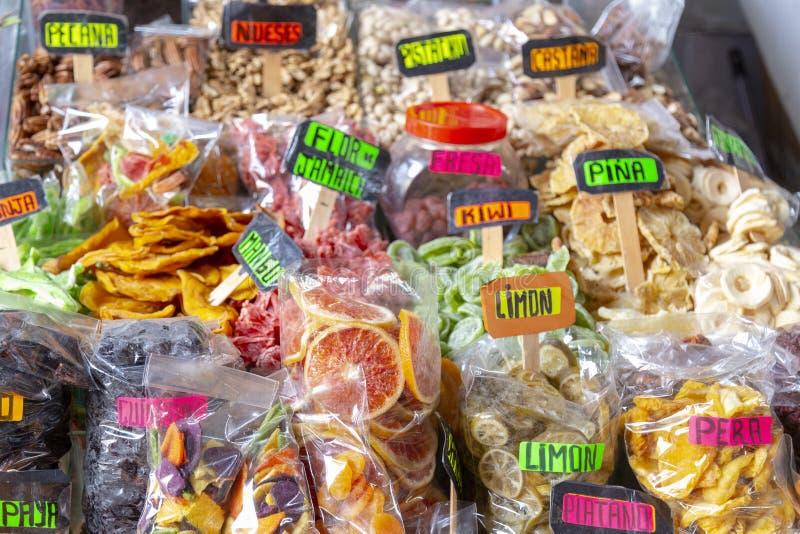CUZCO, PERÚ - 15 de diciembre de 2018: Una parada de los frutos secos en el mercado de Mercado San Pedro imágenes de archivo libres de regalías