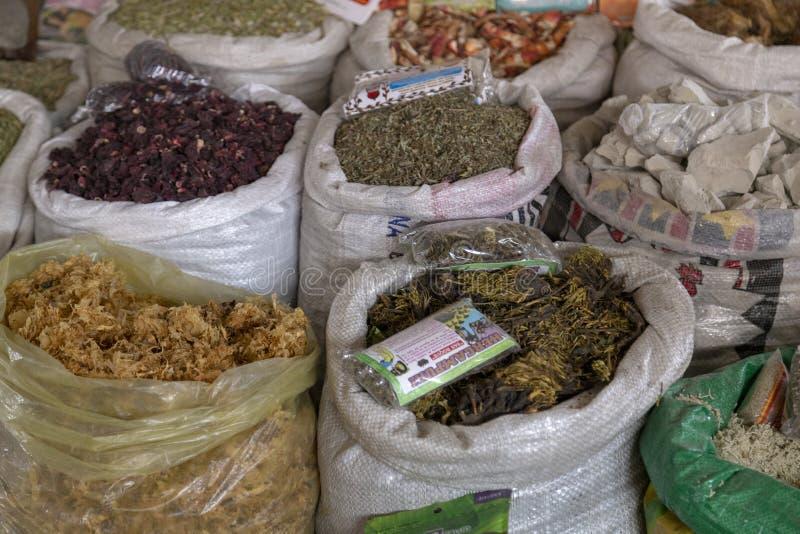 CUZCO, PERÚ - 15 de diciembre de 2018: Una parada de los frutos secos en el mercado de Mercado San Pedro fotos de archivo