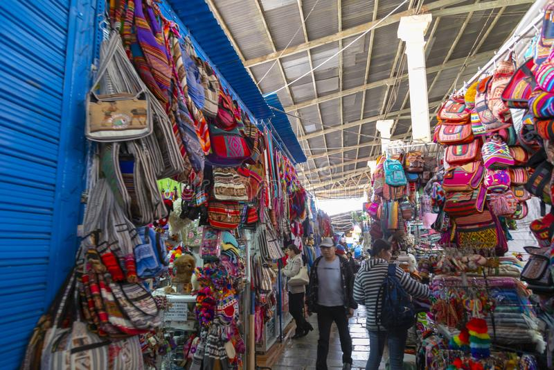 CUZCO, PERÚ - 15 de diciembre de 2018: Una parada de los frutos secos en el mercado de Mercado San Pedro imagen de archivo