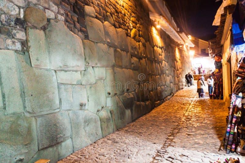 CUZCO, PERÚ - 23 DE MAYO DE 2015: Detalle de la cantería perfecta del inca Pared del palacio anterior de Inca Roca en Cuzco, por imagen de archivo