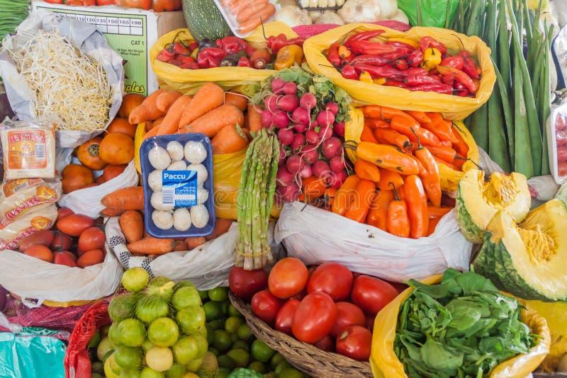 CUZCO, PERÚ - 23 DE MAYO DE 2015: Vegetabls y frutas en la parada en el mercado de Mercado San Pedro en Cuzco, por fotos de archivo libres de regalías