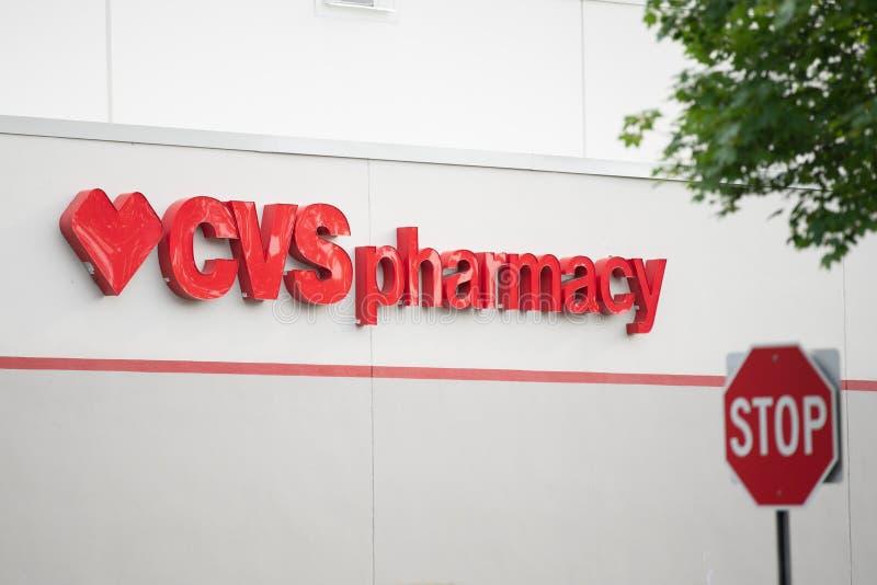 CVS-Apothekenzeichen mit Herzsymbol stockfotografie