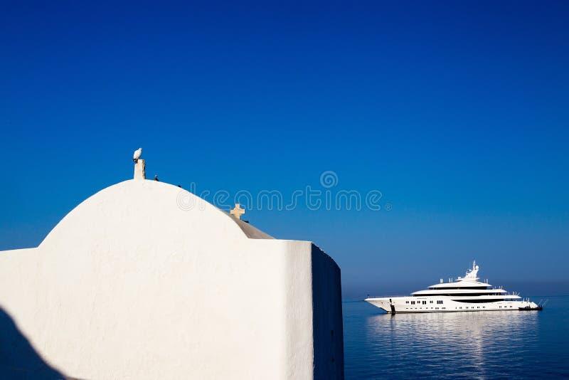 Cwhite kościół, biel gołąbka, biały jacht i niebieskie niebo, fotografia stock