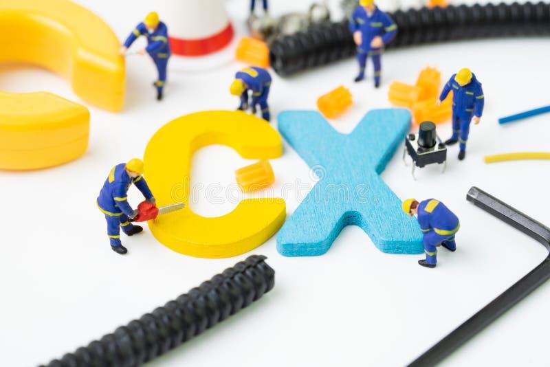 CX, conceito da experi?ncia do cliente, figura diminuta alfabeto CX da constru??o do trabalhador no centro, importante do cliente imagens de stock