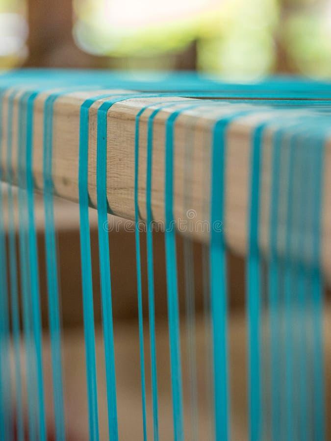 Cyaan natuurlijke zijde op traditioneel lao wevend weefgetouw, Luang Phabang royalty-vrije stock afbeeldingen