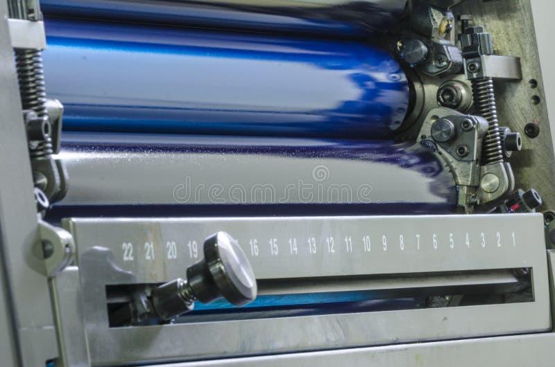 Cyan ролики цвета чернил смещения красят печатный станок., близкое поднимающее вверх стоковое изображение