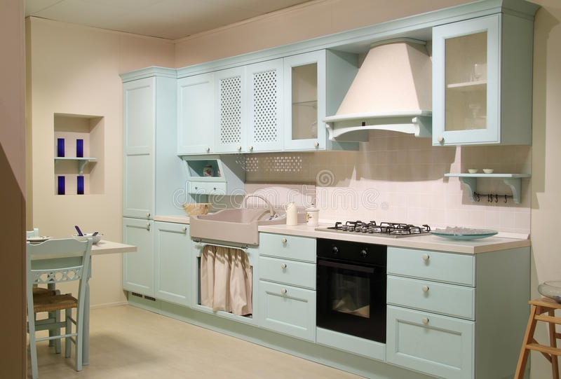 Cyan-blaue Küche des Landhausstils stockfoto