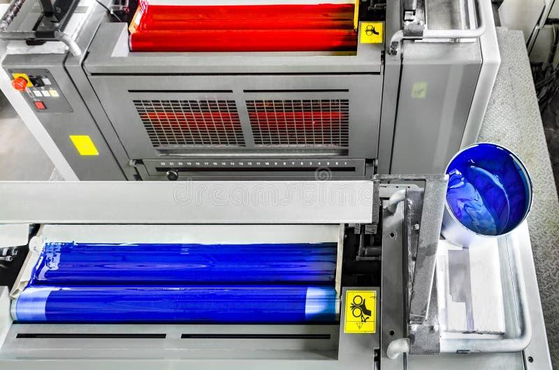 Cyan och magentafärgad printingenhet på offsettryckmaskinen arkivbild