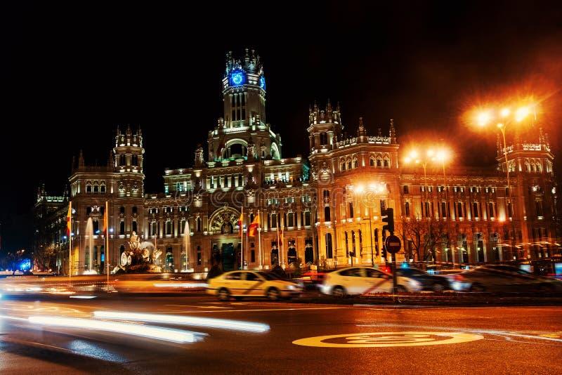 Cybele Palace na plaza de Cibeles na noite no Madri, Espanha imagem de stock