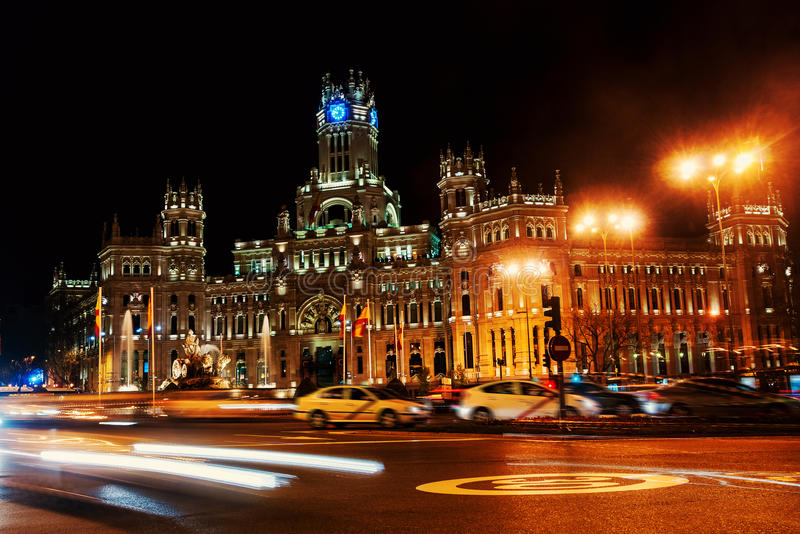 Cybele Palace på plazaen de Cibeles på natten i Madrid, Spanien fotografering för bildbyråer