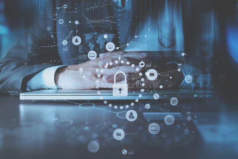 cyber ασφάλεια Διαδίκτυο και έννοια δικτύωσης σημάδι χεριών ελέγχου επιχειρηματιών τραπεζών στοκ φωτογραφία