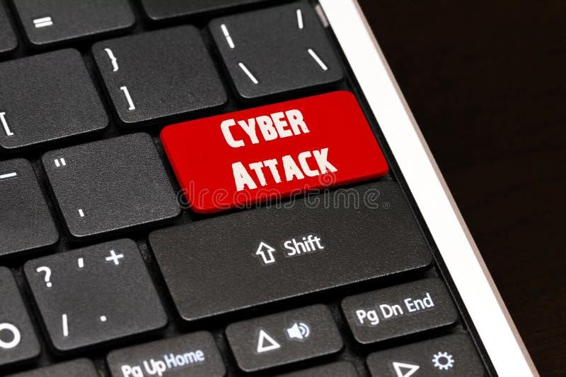 Cyber-Angriff auf Rot kommen Knopf auf schwarzer Tastatur stockfoto