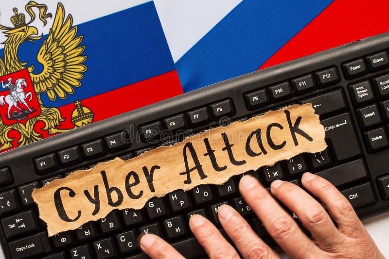 Cyber-Angriff, Aufschrift auf heftigem Papierblatt lizenzfreies stockbild