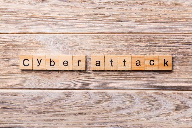 Cyber ataka słowo pisać na drewnianym bloku Cyber szturmowy tekst na drewnianym stole dla twój desing, pojęcie obrazy royalty free
