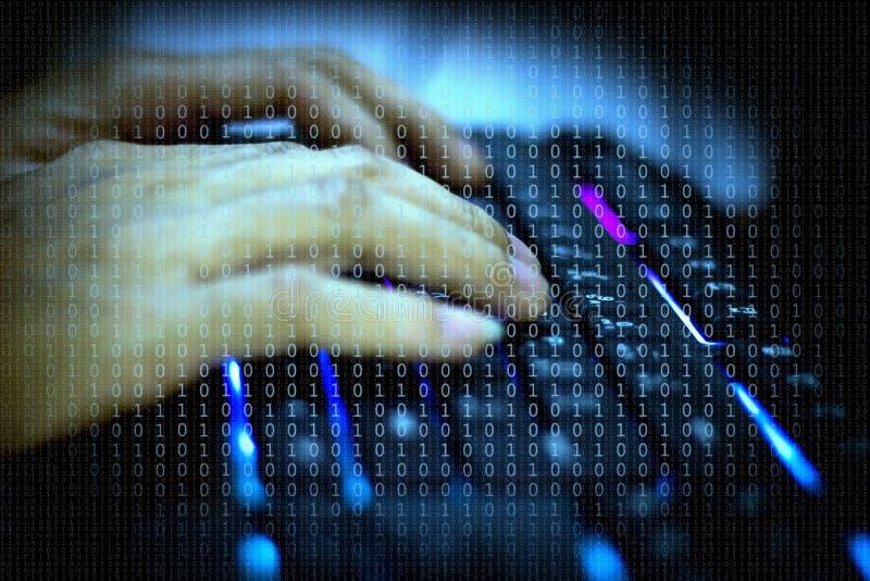 Cyber, die Hand der Männer auf der Tastatur, das das Sicherheitssystem zerhacken stockfotografie