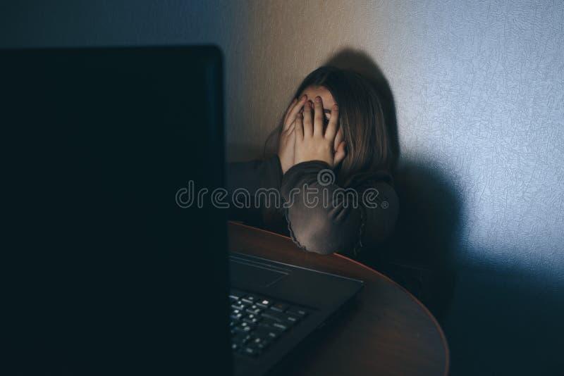 Cyber do Internet do sofrimento da menina do adolescente que tiraniza cyberbullying assustado e deprimido Imagem da menina do des fotografia de stock royalty free