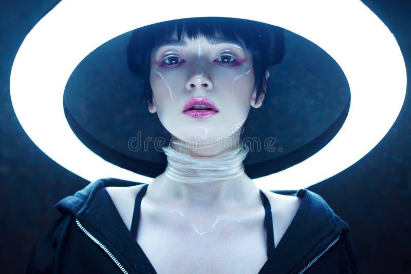 cyber dof浅作用的女孩 美丽的少妇,未来派样式 免版税库存照片