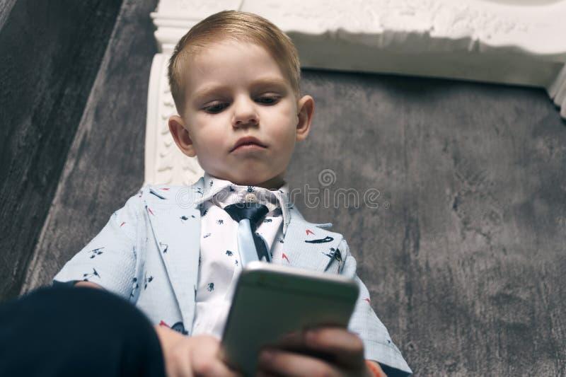 Cyber intimidant par le message textuel mobile de téléphone portable photo libre de droits