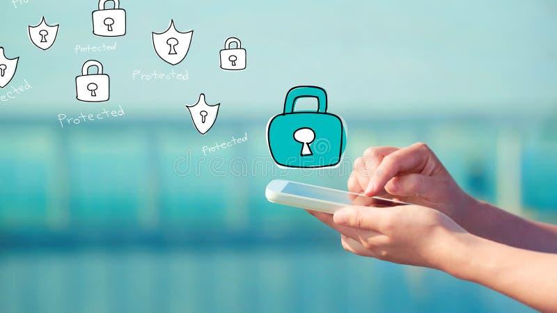 Cyber ochrona z osobą trzyma smartphone obraz royalty free