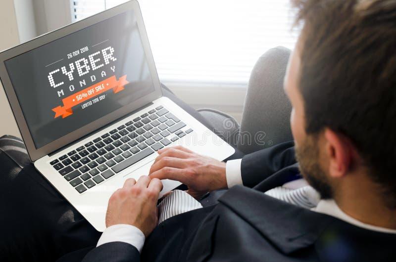 Cyber Poniedziałku promocyjna sprzedaż na laptopie obrazy royalty free