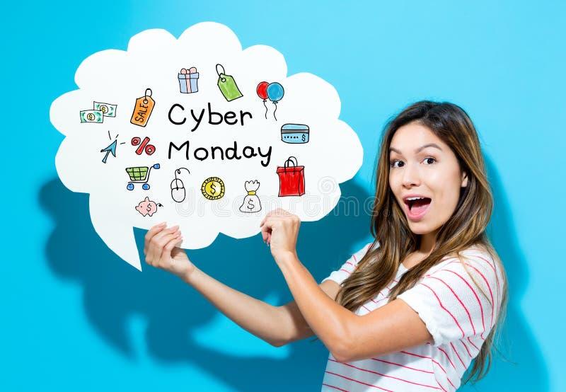 Cyber Poniedziałku tekst z młodą kobietą trzyma mowa bąbel obrazy stock