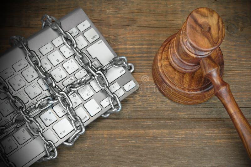 Cyber przestępstwa pojęcie, sędziowie młoteczki, klawiatura, łańcuch Na stole zdjęcie royalty free