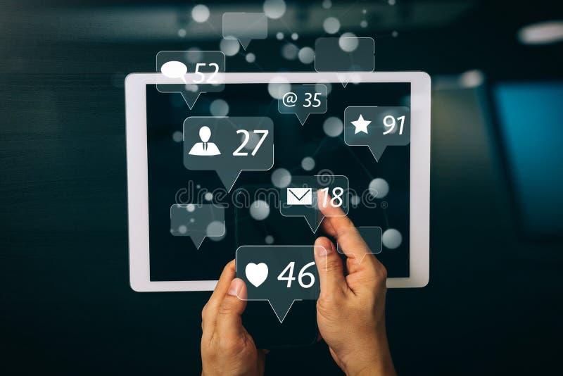 cyber veiligheid Internet en voorzien van een netwerkconcept De hand van de zakenman stock illustratie
