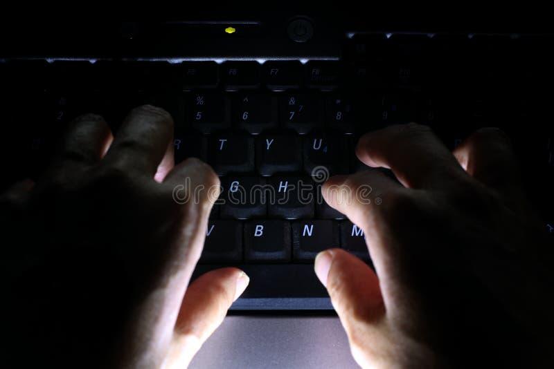 Cyberaanval lopend binnendringen in een beveiligd computersysteem stock afbeeldingen