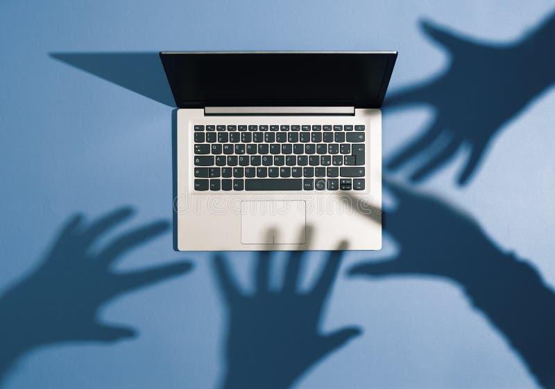 Cyberbrott, malware och en hacker arkivbilder