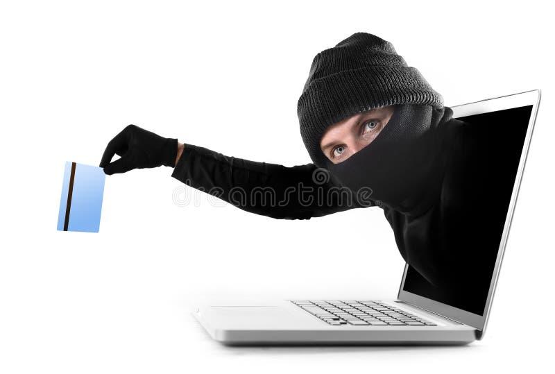 Cyberbrottsling ut ur datoren som griper och stjäler begrepp för kreditkortcyberbrott royaltyfri foto