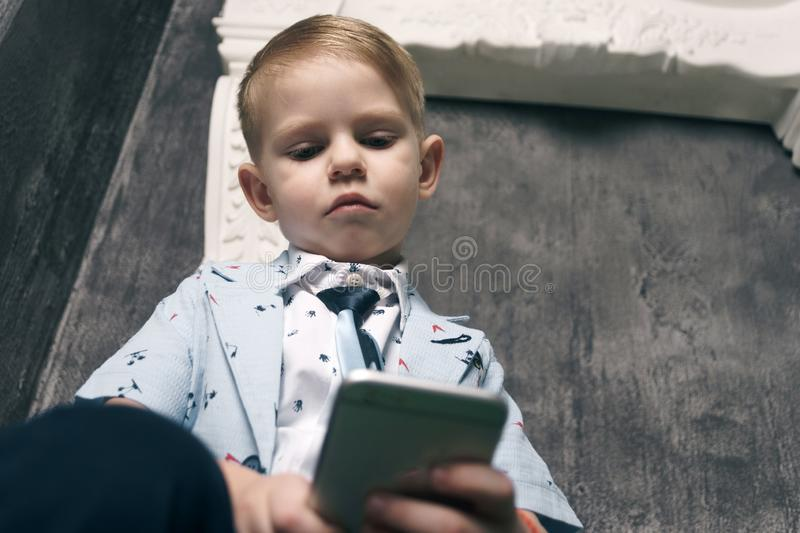 Cyberbullismo dal messaggio di testo mobile del telefono cellulare fotografia stock libera da diritti