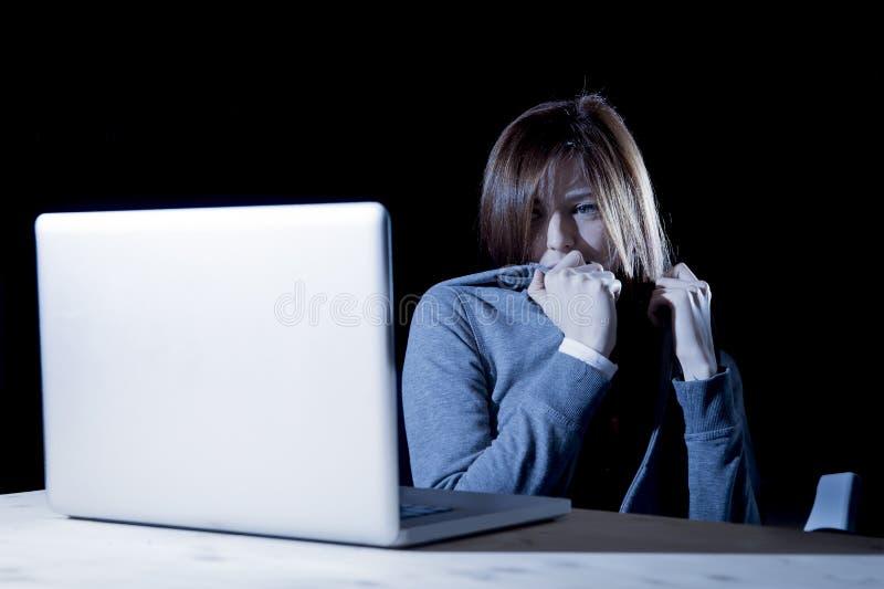 Cyberbullying de sofrimento da menina do adolescente assustado e deprimido exposto a tiranizar do cyber e a perseguição do Intern fotos de stock
