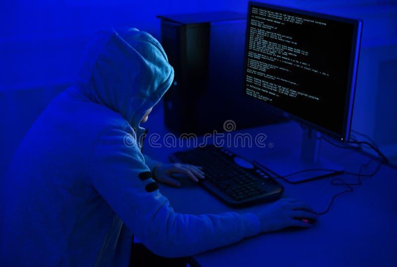 Cybercriminalité et concept de entailler Pirate informatique utilisant le programme de virus informatique photographie stock