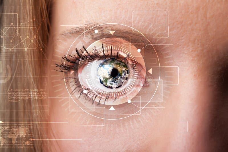 Cyberflicka med technolgy se för öga royaltyfria bilder
