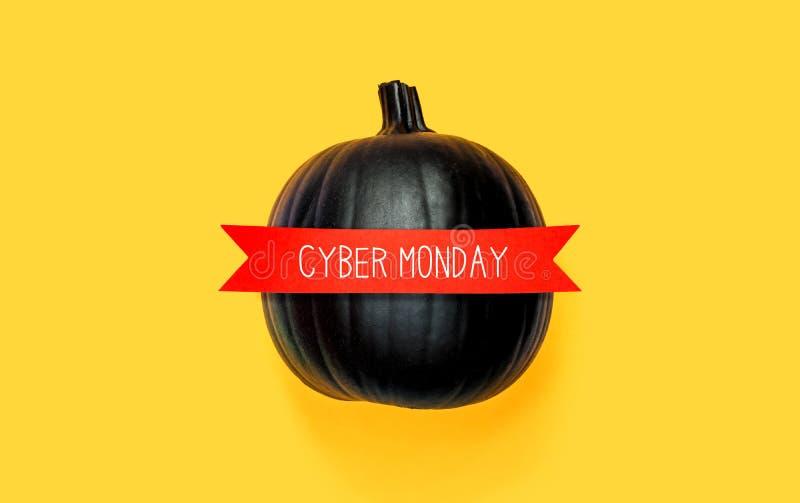 Cybermaandag met een zwarte pompoen stock afbeelding
