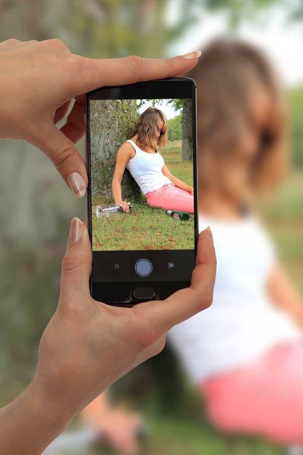 Cybermobbing tiranizando e tomando a imagem da menina bêbado imagem de stock royalty free
