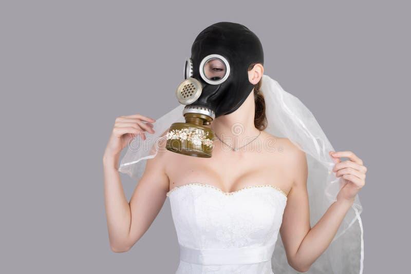 Cyberpunk Bride em vestido de véu, máscara de gás de proteção e carapaça de véu foto de stock