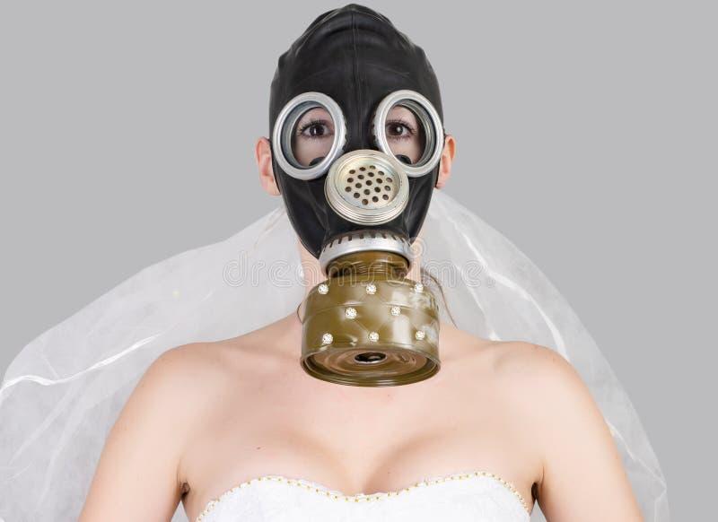 Cyberpunk Bride em vestido de véu, máscara de gás de proteção e carapaça de véu fotografia de stock